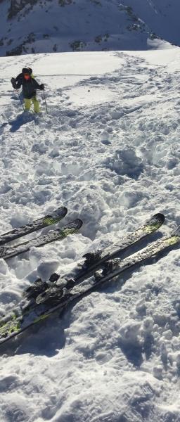 雪の上のスキー板